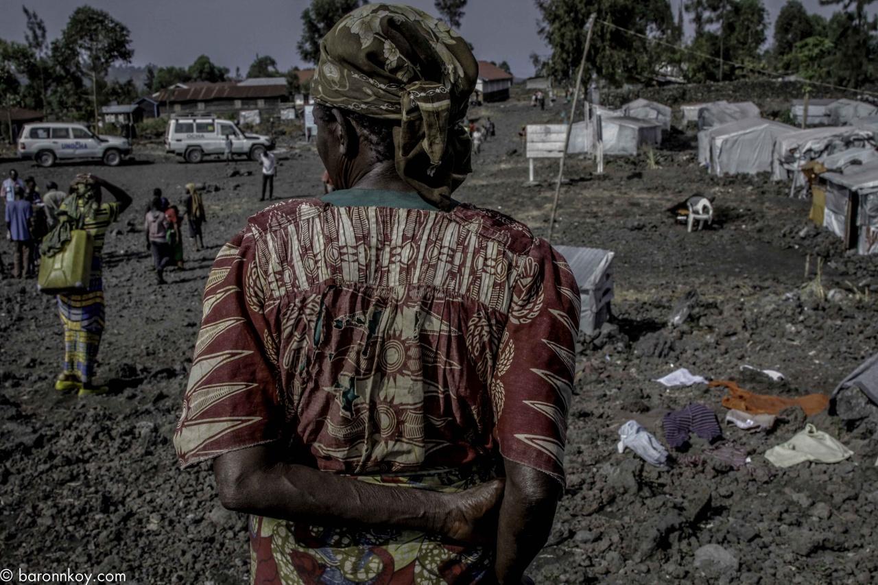 Le dos d'une vielle au camps de déplacés