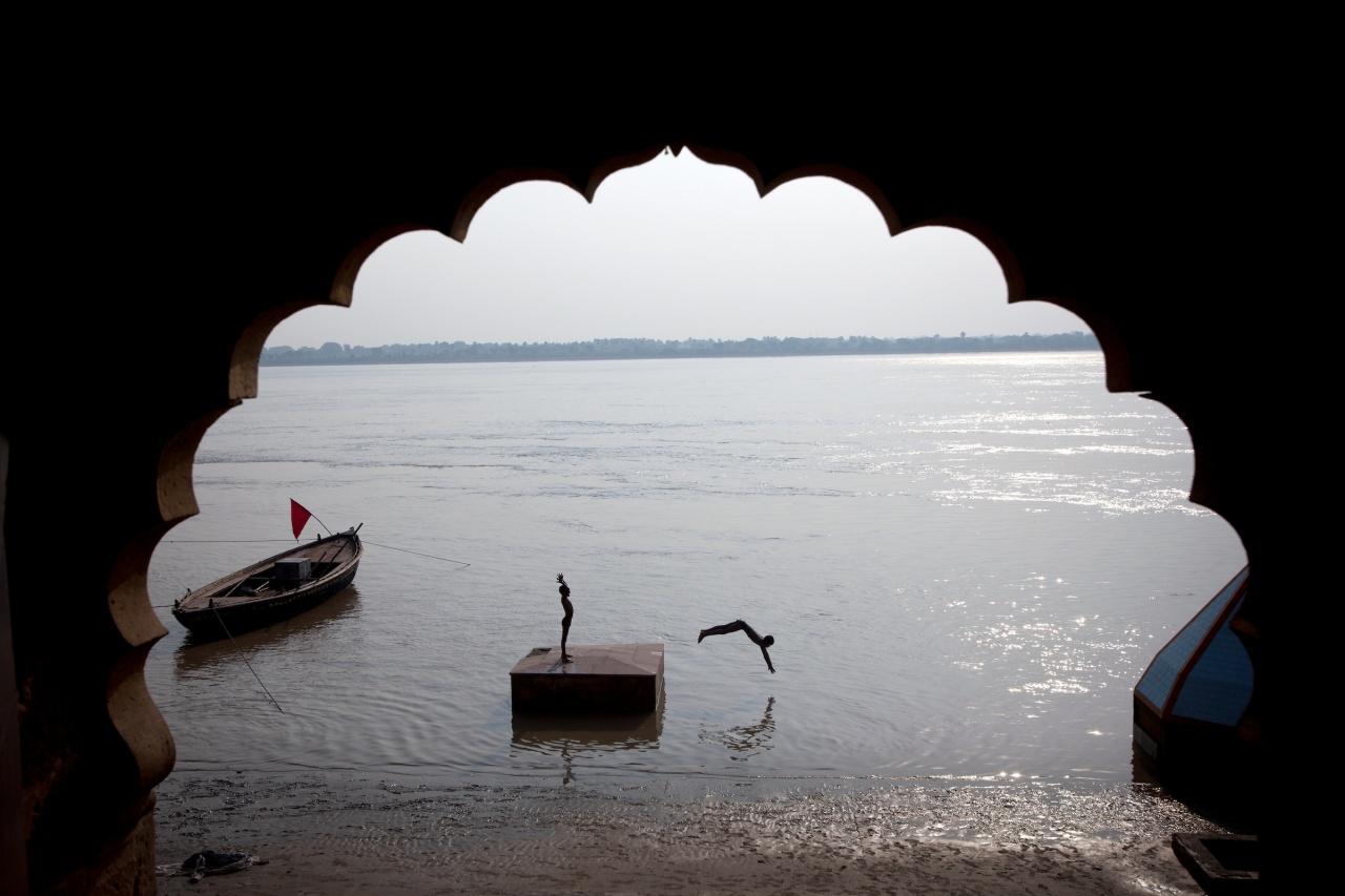 Boys dive into the Ganga