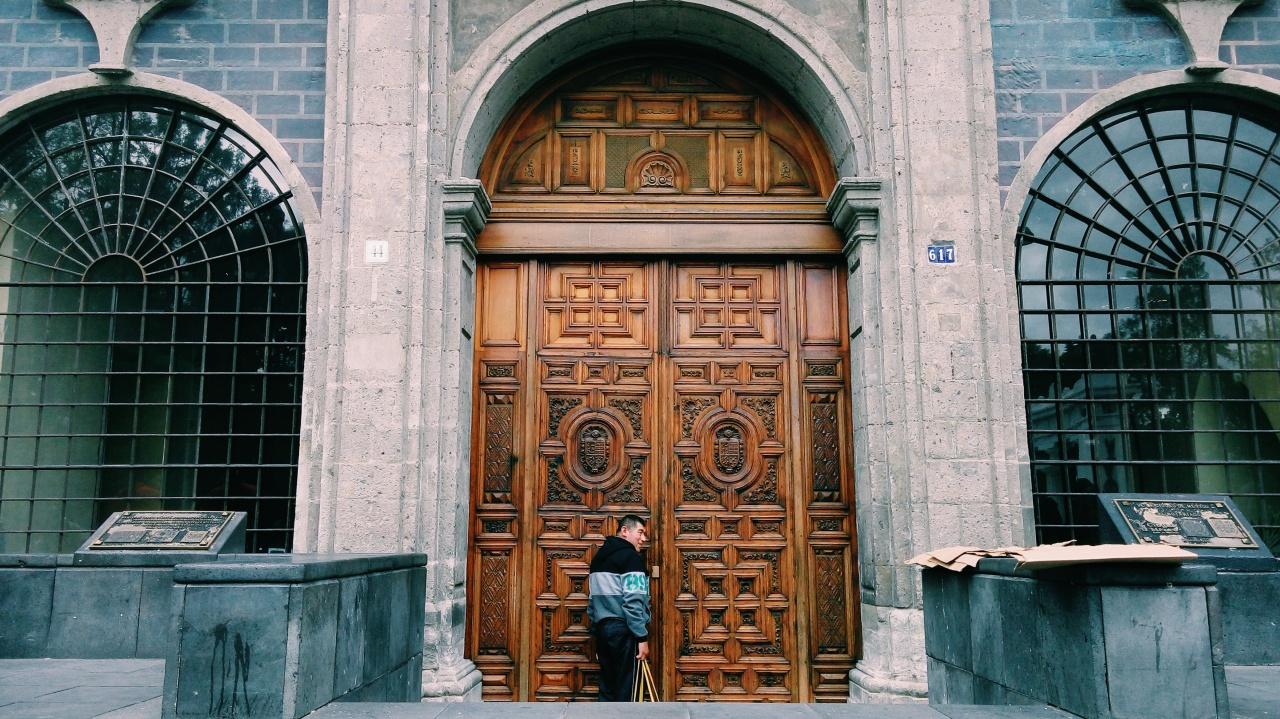 Hombre tocando a la puerta.