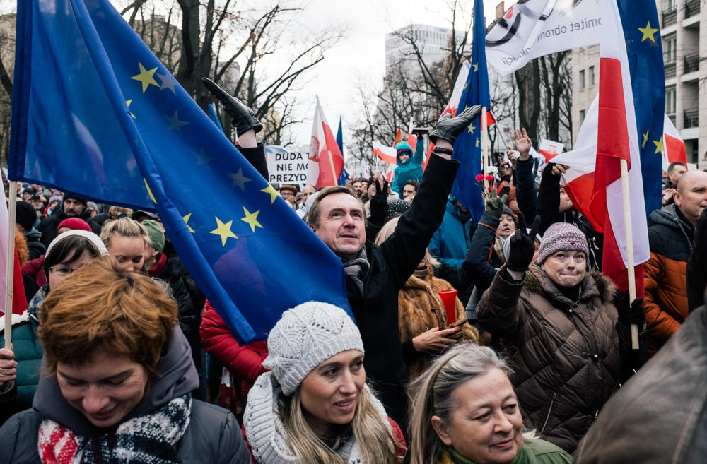 Poles protest over PiS 'breaking constitution'