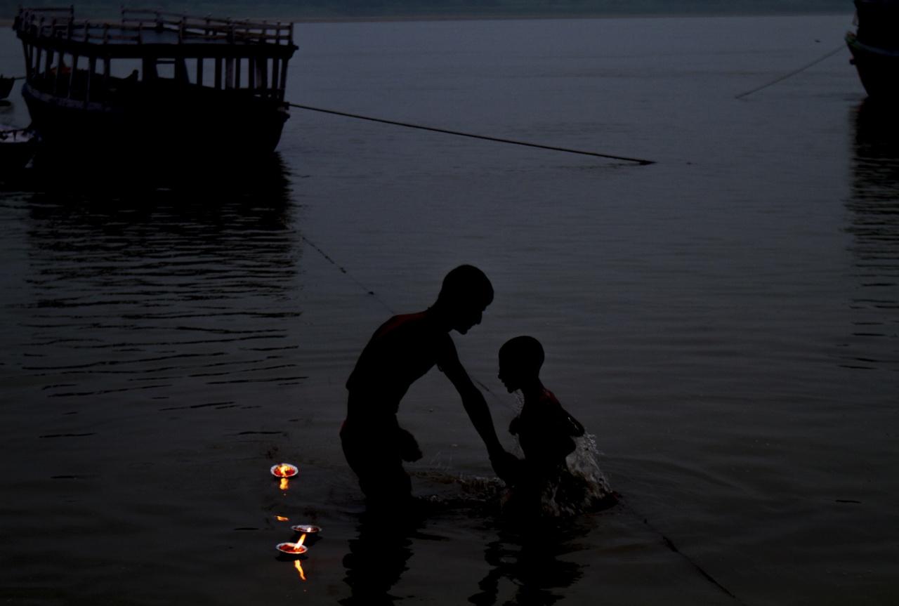 Un père et son fils se lavent dans le Gange
