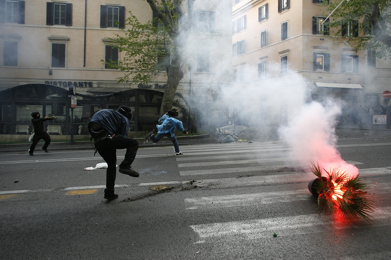 Clashes between police and protesters in Rome